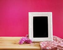 与甜statice花的白色葡萄酒照片框架与在红色 免版税库存图片