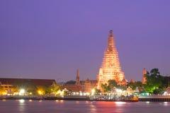 与生动的暮色日落天空的Wat arun与长的曝光effec 免版税库存图片
