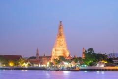 与生动的暮色日落天空的Wat arun与长的曝光effec 库存图片