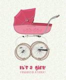 与生日女孩的贺卡有葡萄酒桃红色婴儿推车的 库存照片