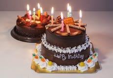 与生日快乐光蜡烛的巧克力蛋糕 免版税库存图片