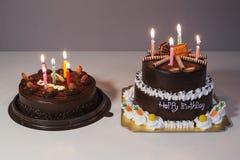 与生日快乐光蜡烛的巧克力蛋糕 库存照片