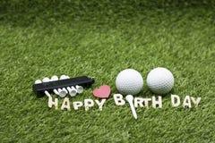 与生日快乐标志的高尔夫球在绿草 免版税库存照片