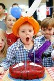 与生日蛋糕和气球的儿童的党 免版税库存图片