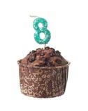 与生日蜡烛的巧克力松饼八岁小孩的 库存图片