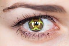 与生物危害品标志的眼睛 库存照片
