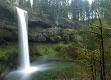 与生苔岩石的瀑布 免版税库存照片