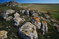 与生苔石头的美好的风景 免版税库存照片