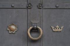 与生锈的圆环把柄的老木门 免版税库存照片