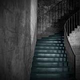 与生锈的扶手栏杆的老石内部楼梯 库存图片