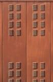 与生锈的棕色金属透气格栅门的背景 库存照片