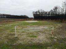 与生锈的目标岗位的老和被放弃的足球场 库存图片