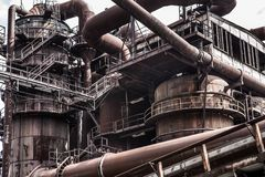 与生锈的管子和设备的工业背景 免版税库存图片