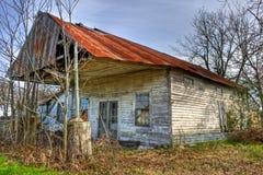 与生锈的罐子屋顶的被放弃的加油站 库存图片