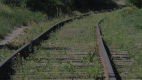 与生锈的路轨的葡萄酒老铁路长满与草 老铁路概念 股票录像
