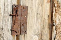 与生锈的钉子和铰链的老木毂仓大门 库存图片