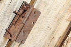 与生锈的钉子和铰链的老木毂仓大门 免版税库存照片