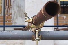 与生锈的钢球形的耦合装置绞刑台 免版税库存照片