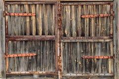 与生锈的铰链的老木门 图库摄影