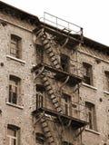 与生锈的防火梯的被毁坏的工厂厂房与faci 免版税库存图片