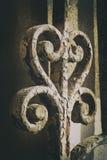 与生锈的零件的古老铁swirly门装饰细节 免版税库存照片