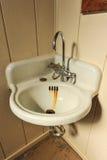 与生锈的水池的老水槽在角落 免版税库存图片