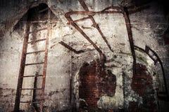 与生锈的建筑的被放弃的地堡内部 库存照片