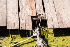 与生锈的系船柱绳索的港口码头区 免版税图库摄影
