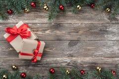 与用中看不中用的物品和锥体装饰的冷杉分支的老木背景 文本的空间 袋子看板卡圣诞节霜klaus ・圣诞老人天空 免版税图库摄影