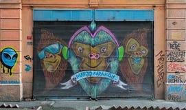 与用五颜六色的街道画盖的金属门的封闭式机房外部在Hoca Tahsin街, Karakoy区,伊斯坦布尔,土耳其 库存照片