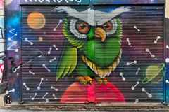 与用五颜六色的街道画盖的金属门的封闭式机房外部在Hoca Tahsin街, Karakoy区,伊斯坦布尔,土耳其 库存图片