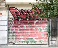 与用五颜六色的街道画盖的金属门的封闭式机房外部在Istiklal街,伊斯坦布尔,土耳其附近 免版税库存照片