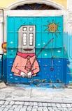 与用五颜六色的街道画盖的路辗门的封闭式机房外部,伊斯坦布尔,土耳其 免版税库存图片