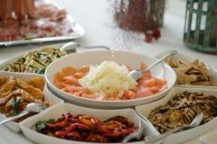 与用卤汁泡的三文鱼、胡椒和烤茄子的新鲜的开胃菜 库存图片