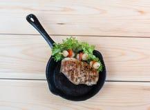 与用卤汁泡的菜的烤肉在平底锅 免版税库存图片