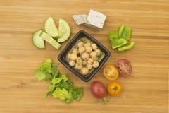 与用卤汁泡的鸡豆成份的黄瓜&蕃茄沙拉 库存图片