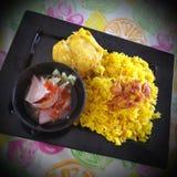 与用咖喱粉烹调的鸡食物菜单的米 库存图片