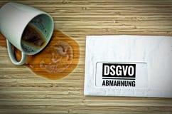 与用德语在英国关注DSGVO GDPR警告的Achtung DSGVO-Abmahnung的信件 免版税库存图片