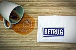与用德语Rechnung的信件在英国票据和从惊吓的一个被倾销的咖啡杯 库存照片