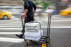 与用手移动式摄影车的交付 免版税库存图片