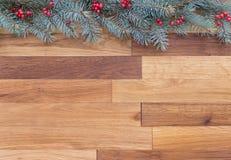 与用红色巴里装饰的针叶树的圣诞节背景 免版税库存照片
