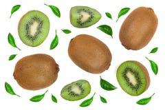 与用绿色叶子装饰的切片的猕猴桃隔绝在白色背景,特写镜头 顶视图 平的位置样式 库存照片