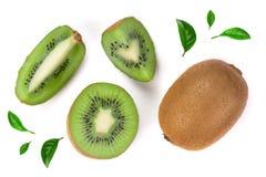 与用绿色叶子装饰的切片的猕猴桃隔绝在白色背景,特写镜头 顶视图 平的位置样式 免版税图库摄影