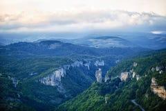 与用草和小山的山绿色山谷盖的深峡谷、高山 库存图片