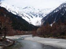 与用雪和山的美好的自然风景盖的河 图库摄影