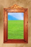 与田园诗场面的木框架在墙壁上 免版税库存图片