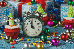 与由糖果店乳香树脂做的色的装饰企鹅和圣诞树的圣诞节杯形蛋糕 库存照片