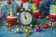 与由糖果店乳香树脂做的色的装饰企鹅的圣诞节杯形蛋糕 免版税库存图片