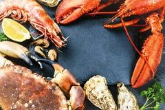 与甲壳动物的食物框架晚餐的 龙虾,螃蟹,超大shri 免版税库存照片