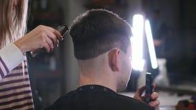 与电剃刀的男性理发 关闭头发整理者发型 剪有头发的专业美发师头发 股票视频